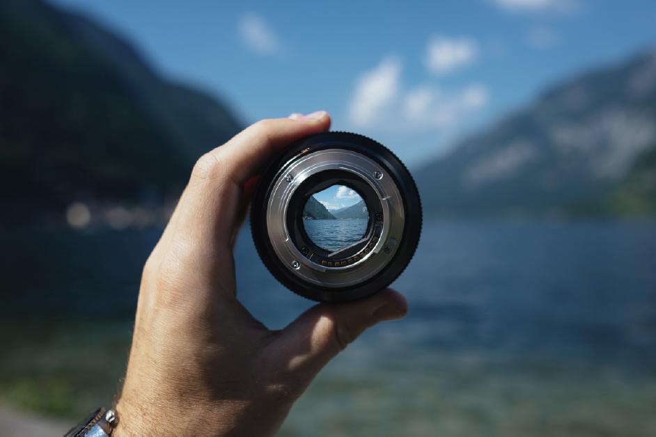 fotografía de un paisaje sosteniendo un lente