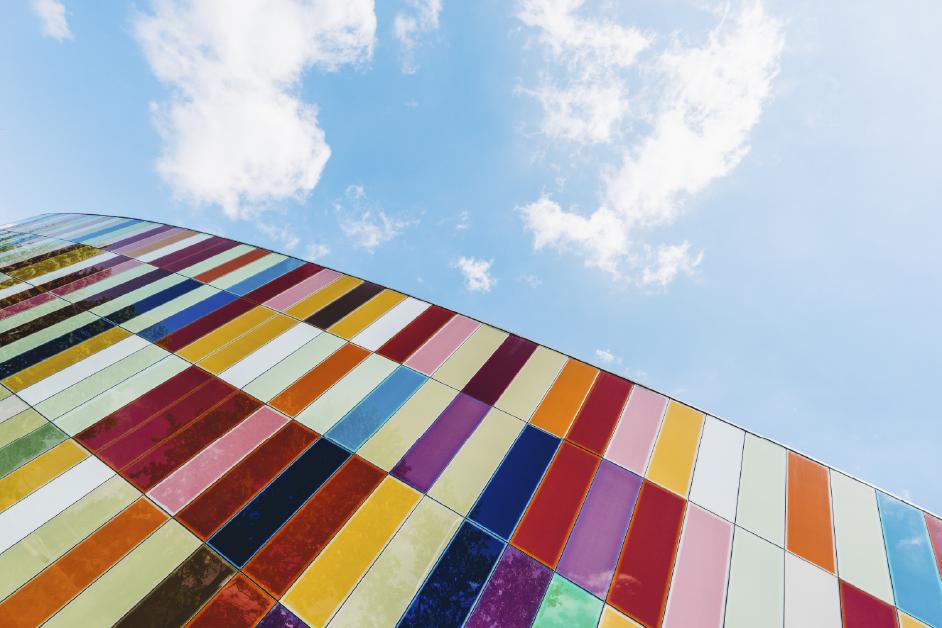 edificio con diseño de colores