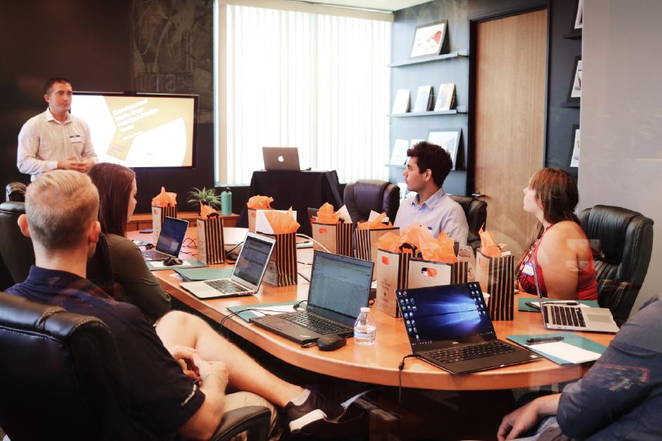 personal reunido en sala de juntas de la empresa