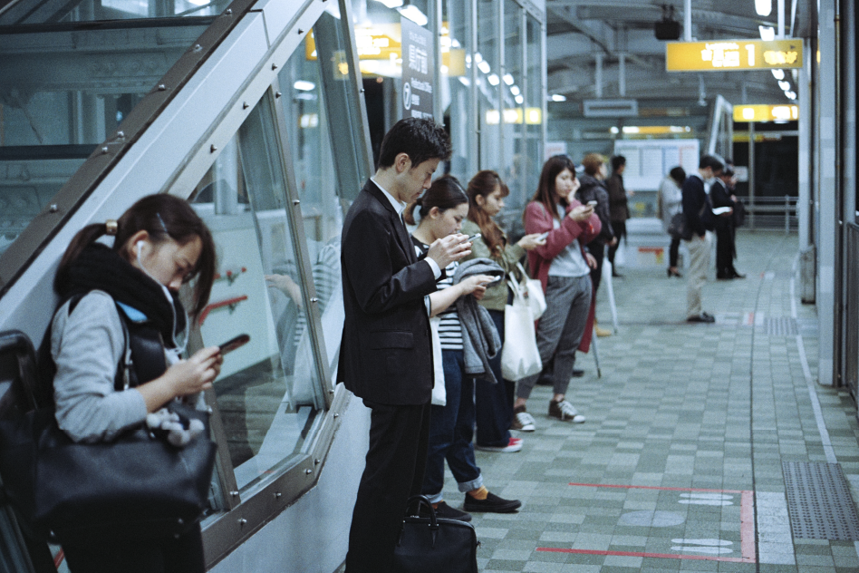 personas en su movil usando internet